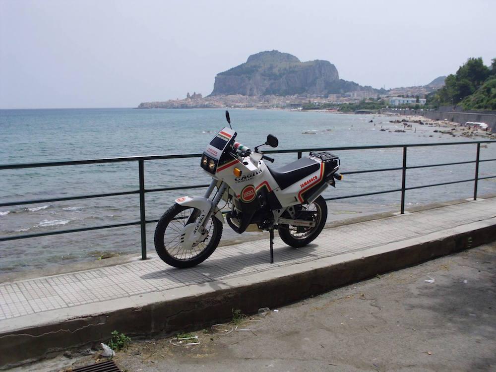 Mare Due: Tirreno. Sullo sfondo, la celebre Rocca di Cefalù (PA), purtroppo inaccessibile in moto (ci ho provato comunque, ma i custodi mi hanno visto e stavano per chiamare i CC...)
