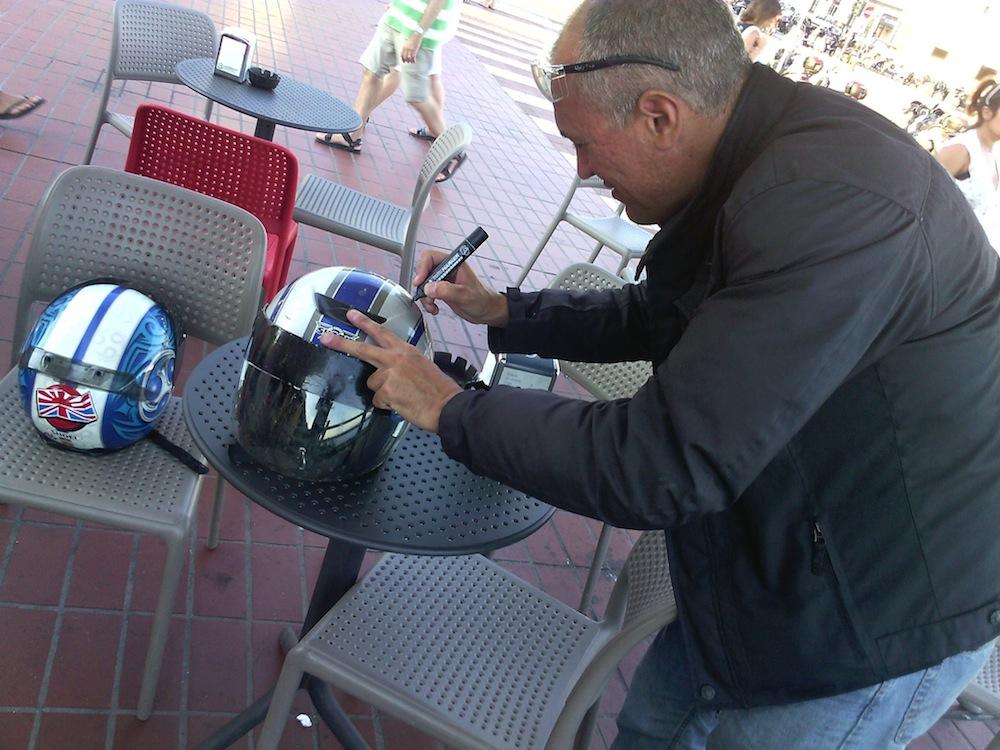 45 - mentre firmo il casco di Ale